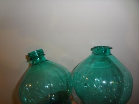Una lampada da tavolo con le bottiglie di plastica