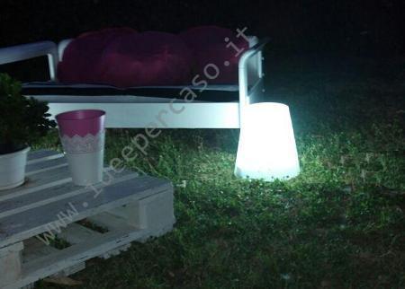 illuminare il giardino fai da te ecco un pouf luminoso low cost