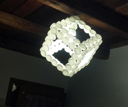 lampadari di plastica : Lampadario realizzato riciclando tappi di plastica