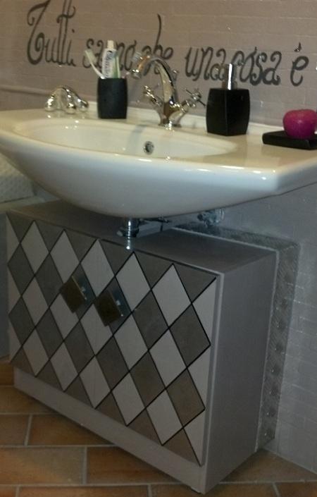 Decorare il mobile del bagno - Come abbellire un bagno vecchio ...