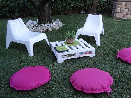 Tavolo da giardino costruito riciclando vecchi pallets for Cuscini da esterno ikea