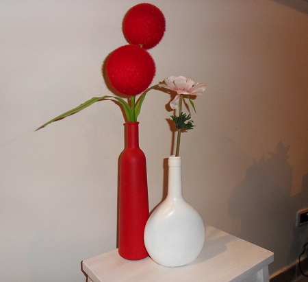 Dipingere bottiglie di vetro e trasformarle in vasi d 39 arredo - Bottiglie vetro decorate ...
